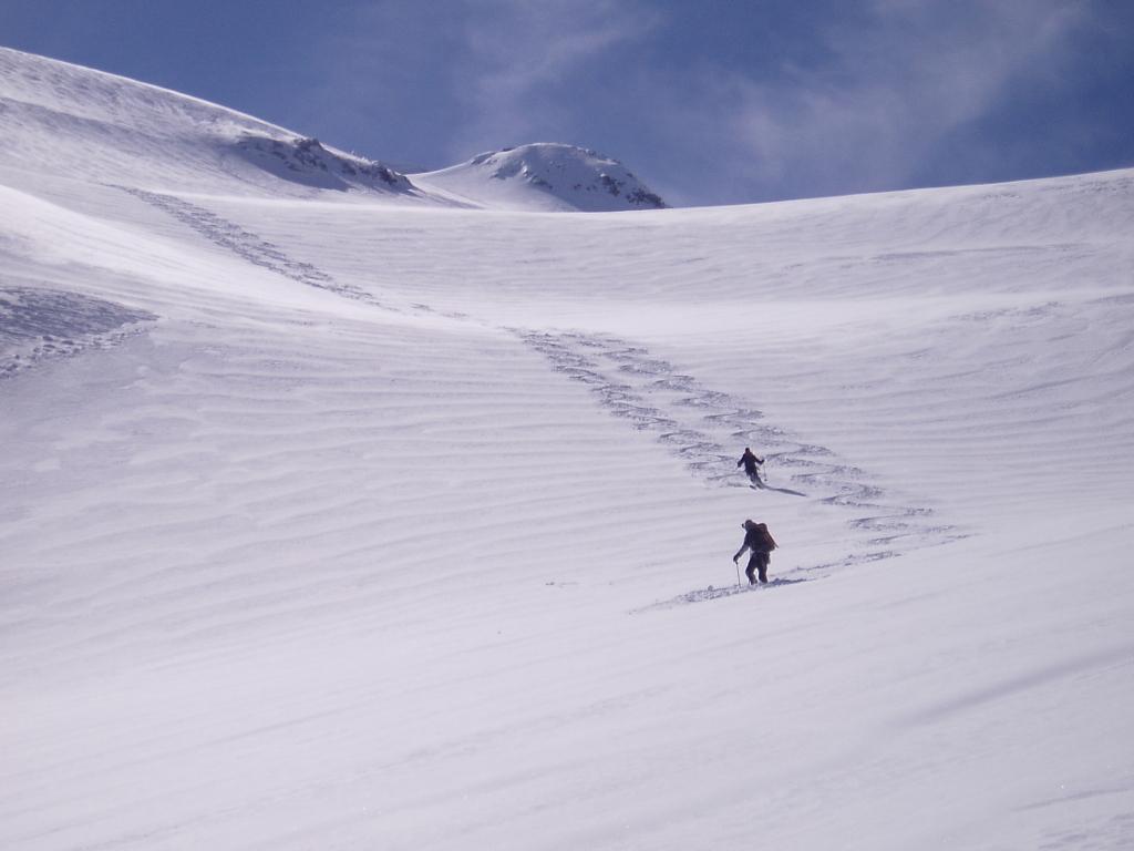 Tracce di discesa dei due scialpinisti che ci hanno preceduto