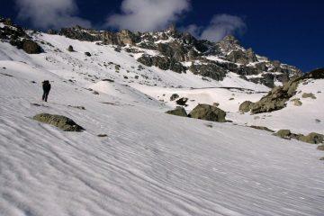 Luigi a quota 2300 m. nella Val Fissela, dove inizia la copertura nevosa (22-4-2007)