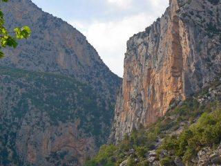 La parete di Aiglun, la via percorre lo spigolo alla sx