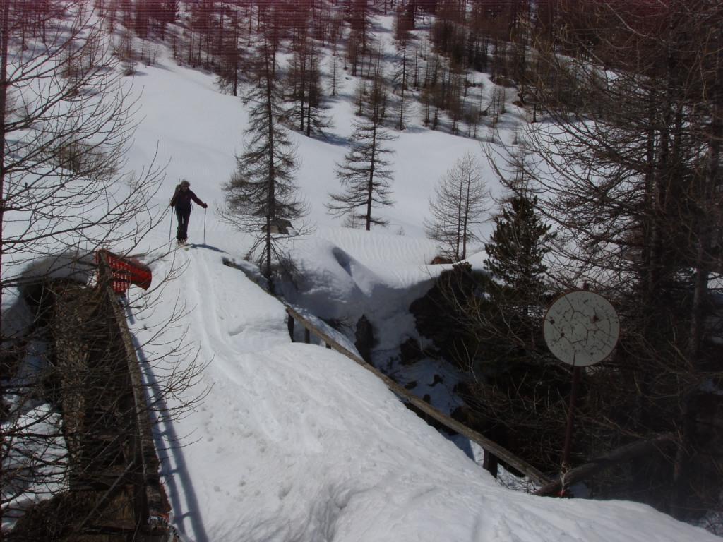 Sul vecchio ponte di Thuras la neve è più alta della sbarra