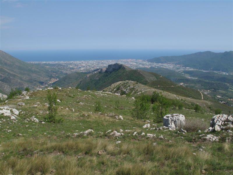 Parte del crinale, ancora lontana la Rocca Liverna e Albenga in fondo