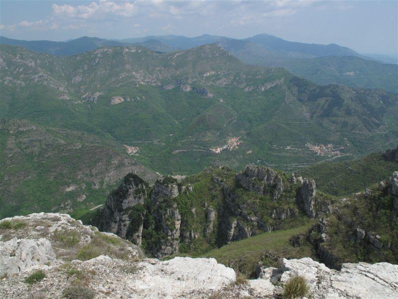 Uno sguardo verso le falesie di Castelbianco