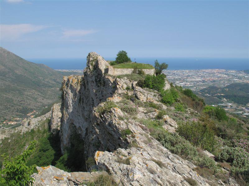 La Rocca Liverna con il forte alto