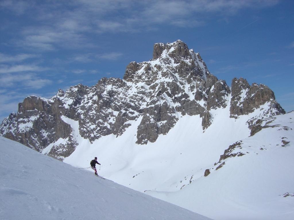 Discesa dalla cima con il Brec de Chambeyron sullo sfondo