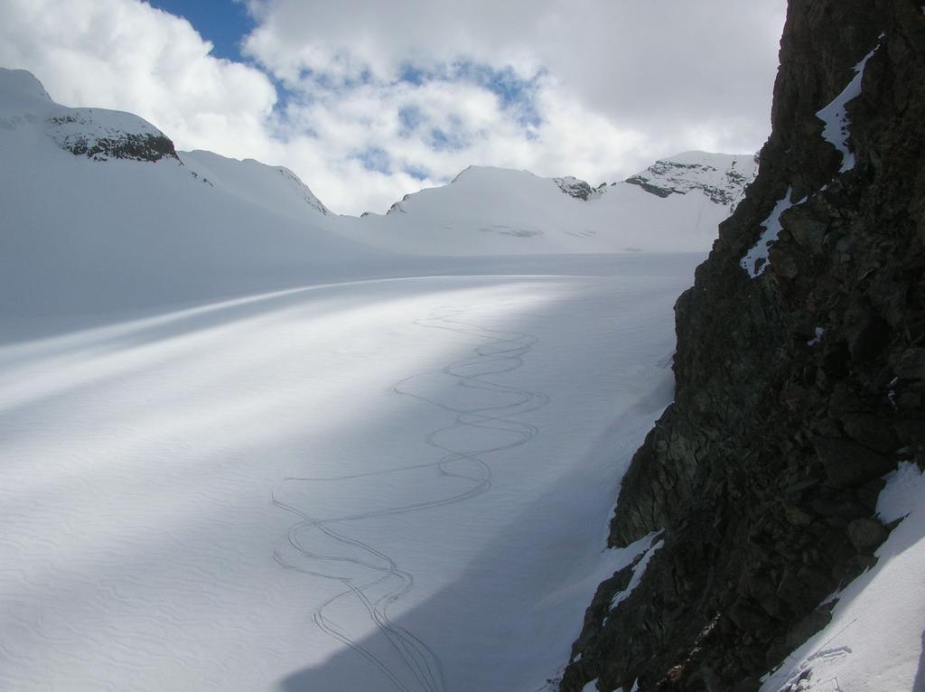 Le nostre tracce sul ghiacciaio del Trajo.