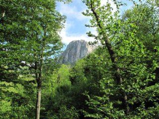 La Rocca Barbena appare imponente con la sua parete nord
