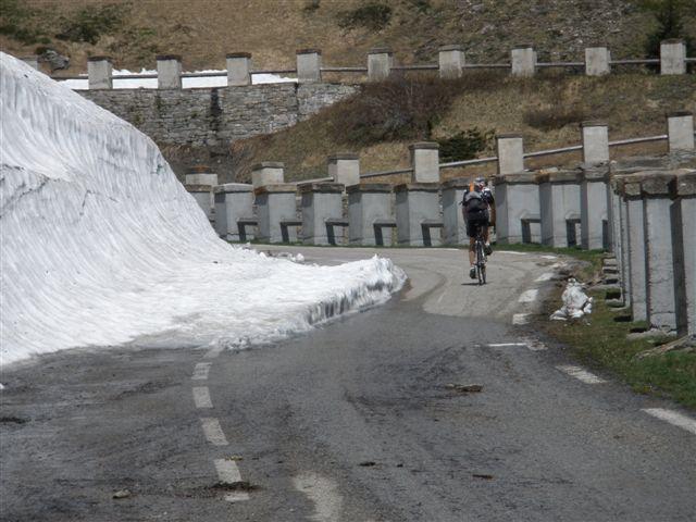 salendo al lago del Moncenisio tra la neve