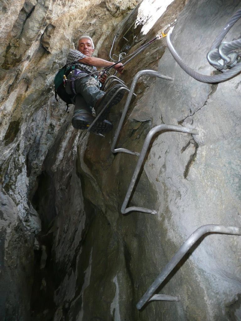 Antonio scende nella grotta.
