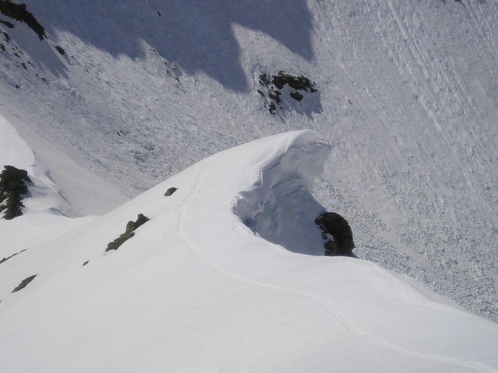 La cresta di salita stracarica di neve
