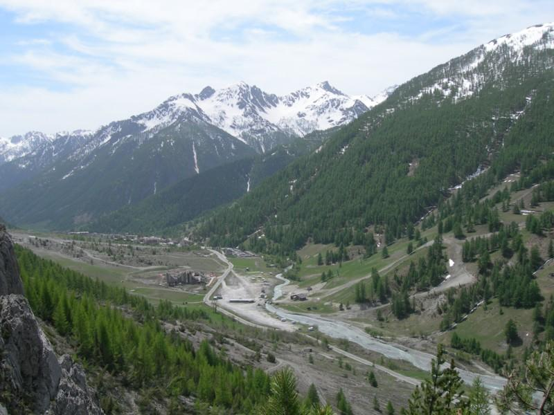 Il fondo valle visto dalla falesia, e sullo sfondo la Rocca Verde