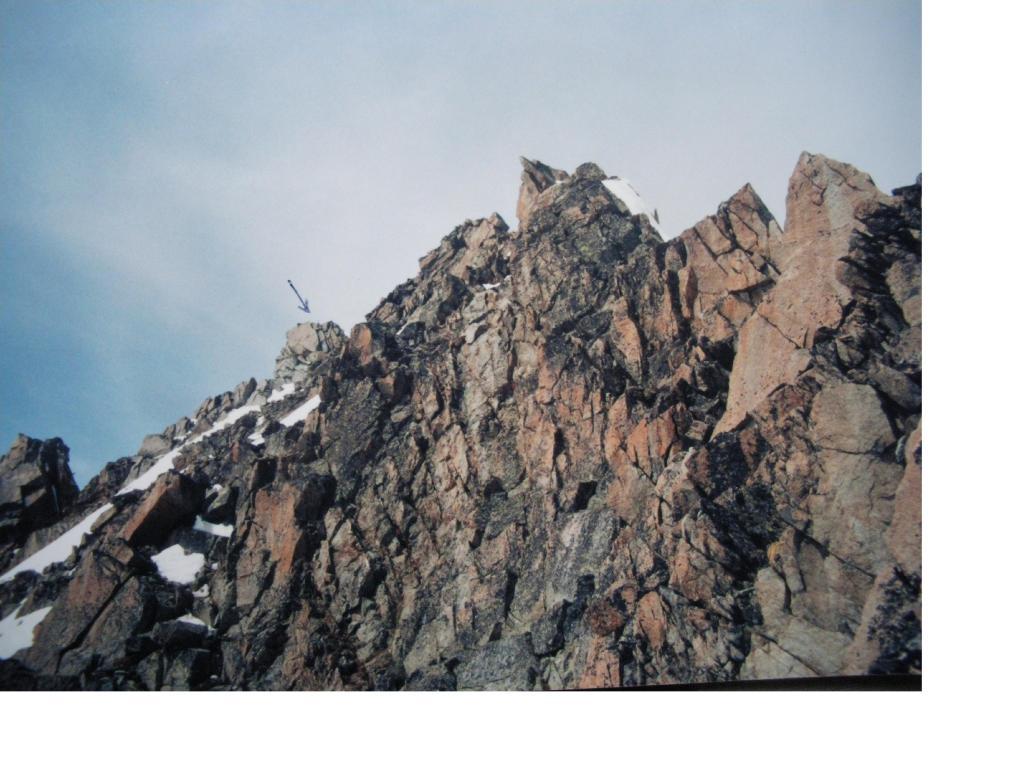 Dalla cresta rocciosa finale in alto a sx la freccia indica il punto culminante.