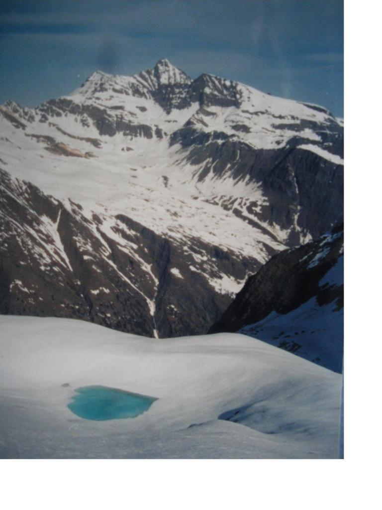 Il laghetto glaciale del ghiacciaio di Valmiana in contrasto con la Grivola...