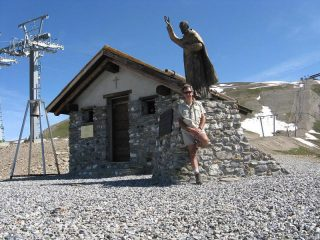 La chiesetta e la statua dedicata a Padre Pio appena sotto la vetta