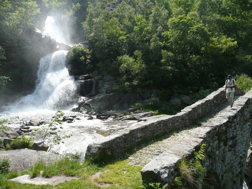 Ponte Romanico e cascata.