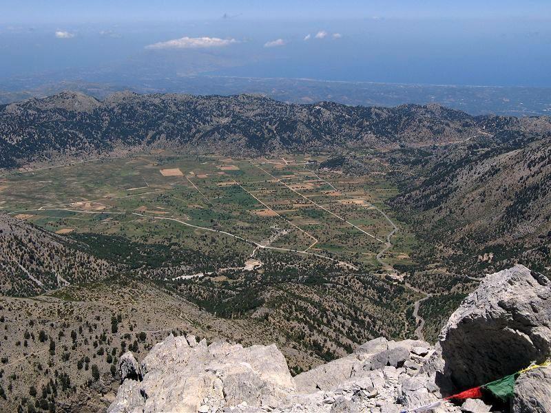 Panorama dalla cima verso Omalòs e il mare di Creta