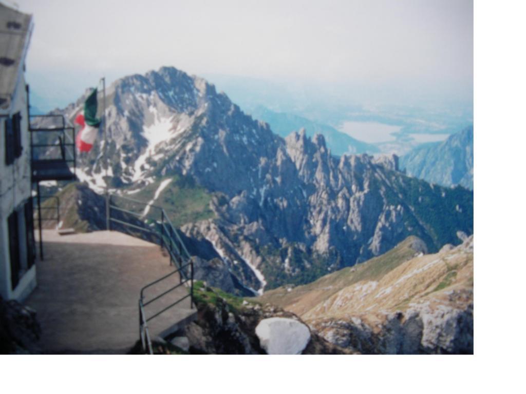 Dal Rif.Brioschi si vedono la Grignetta e in lontananza i laghi d'Annone e Pusiano.