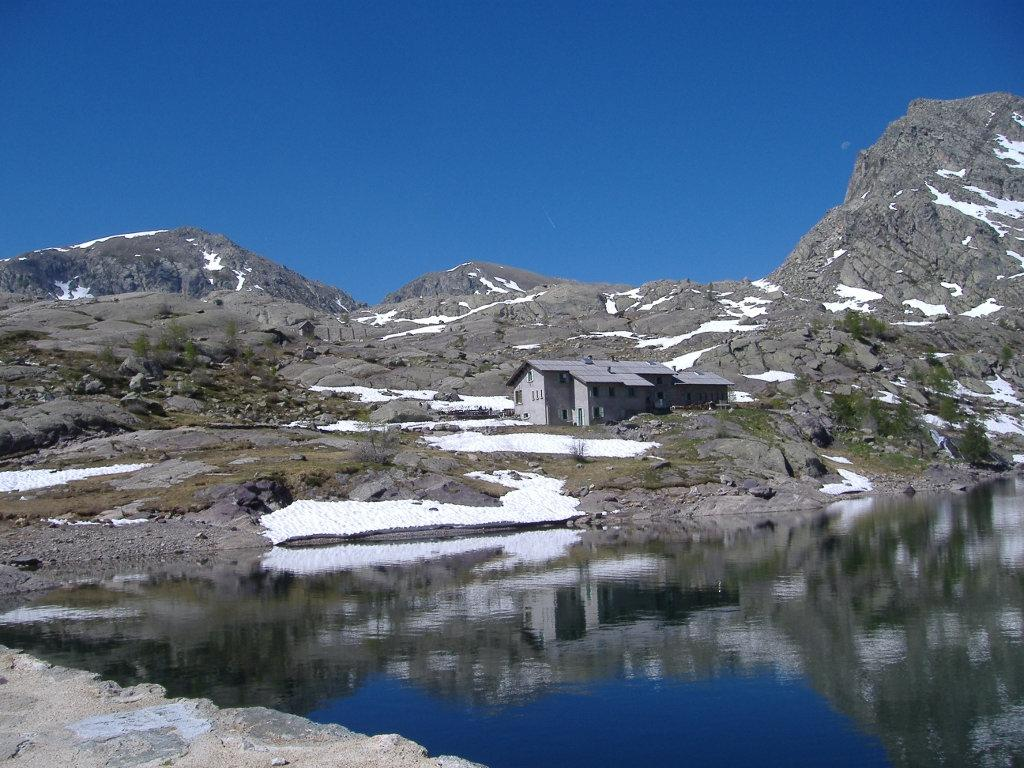 Il Refuge des Merveilles sulla sponda del Lac Long Supérieur