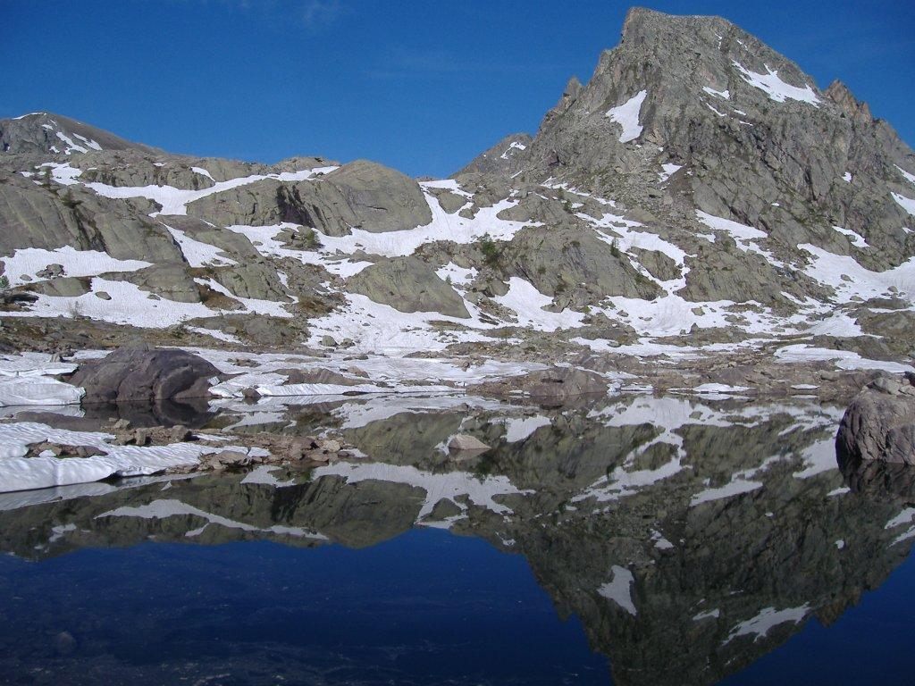 La Cime des Lacs si specchia nel Lac Fourca