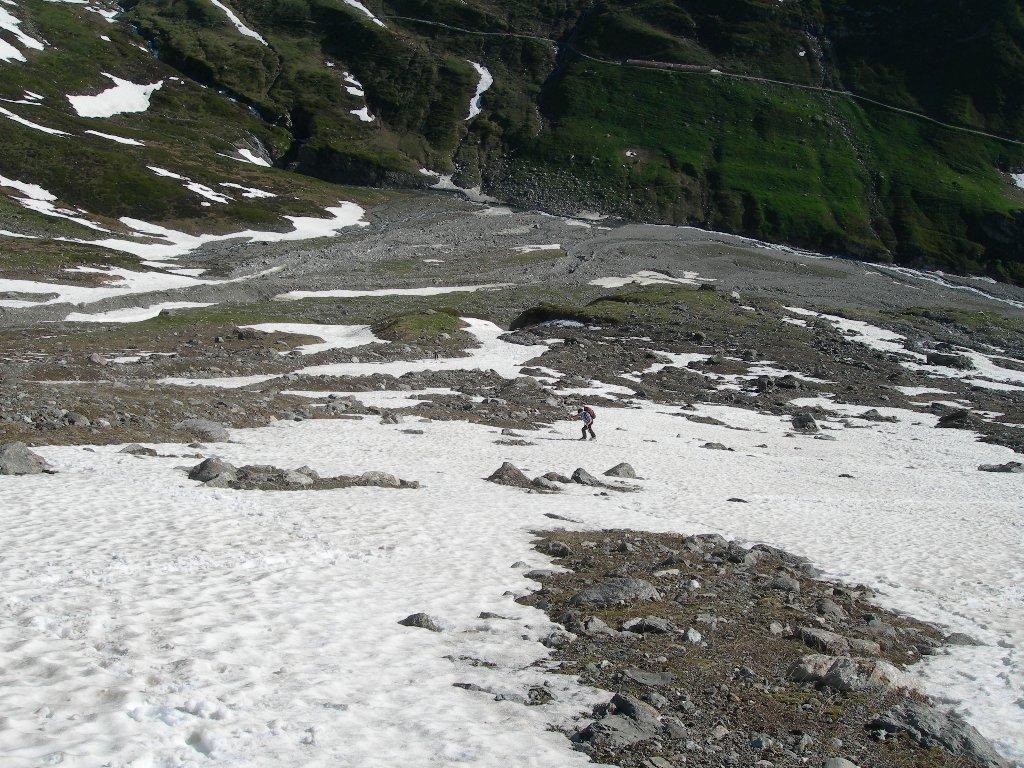 con gli sci sulle prime lingue di neve