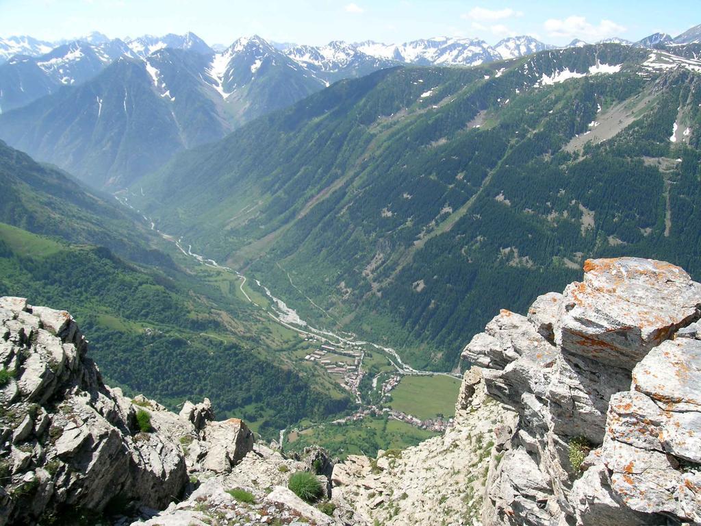 Il paese di Sambuco visto dalla cima del Bersaio