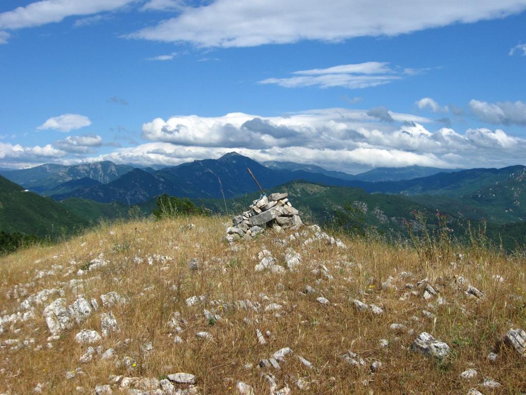 Omino di vetta sul monte Acuto