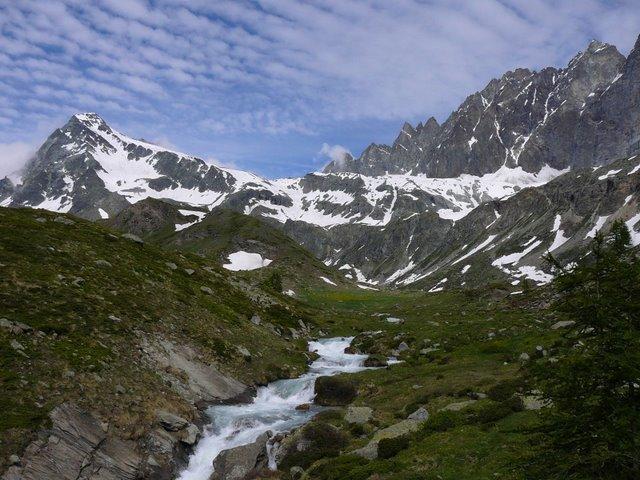 Salendo al bivacco, Mont Gelé a sinistra e Morion a destra