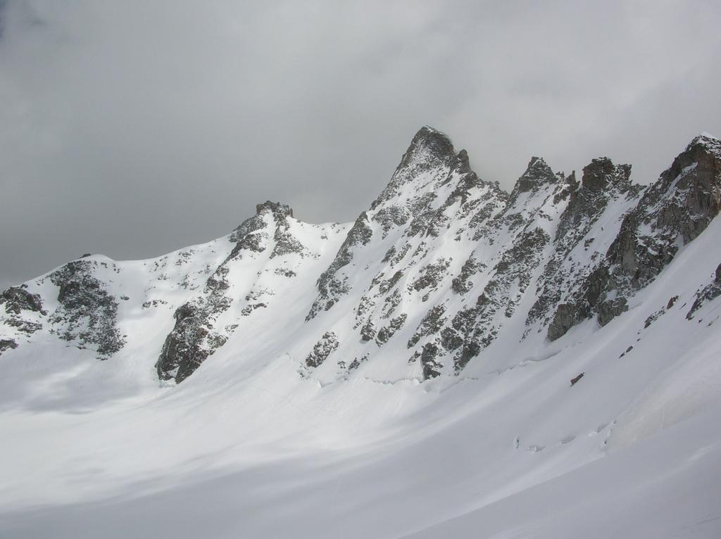Il canalone (a sinistra della cima del Gran San Pietro) che dal Colle di San Pietro scende sul ghiacciaio di Money.