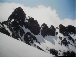 La Punta di Cian con la sua frastagliata cresta est...dal col di Cian