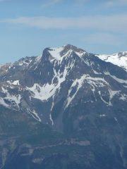 il versante sud visto dai denti d'ambin. A sx il salto roccioso de la pointes de la fournache, a sx la cima, al centro la conca nevosa da discendere per accedere a la breche de la lozà