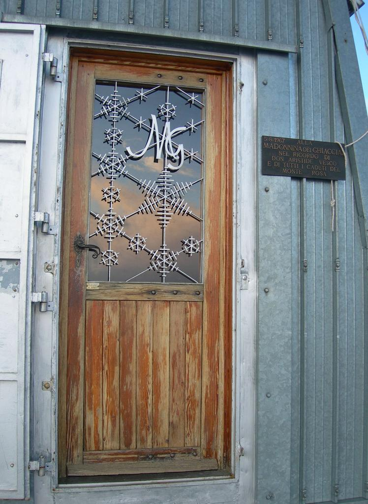 La porta di Capanna Margherita