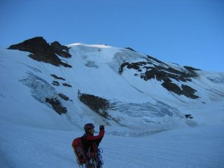 La punta Cadini vista dalla base del ghiacciaio dei Forni