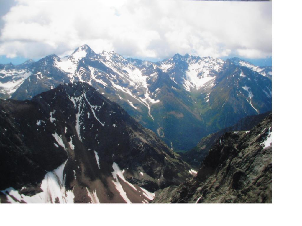 A est la piu' alta che si vede dalla vetta e' la Becca di Luseney
