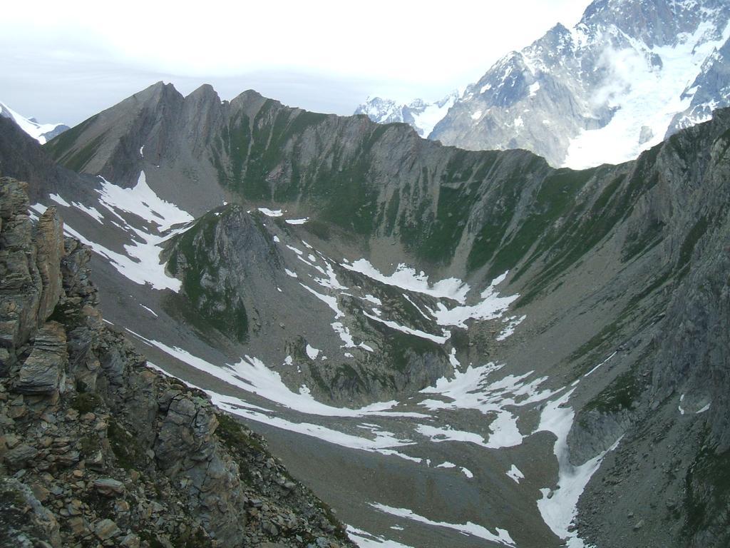 Visti dal Col d'Orgeres: il Col de Charmonts (a dx) ed il Passo di Chavannes (o Colle del Berrio Blanc, a snx), col sentiero in costa che li collega.