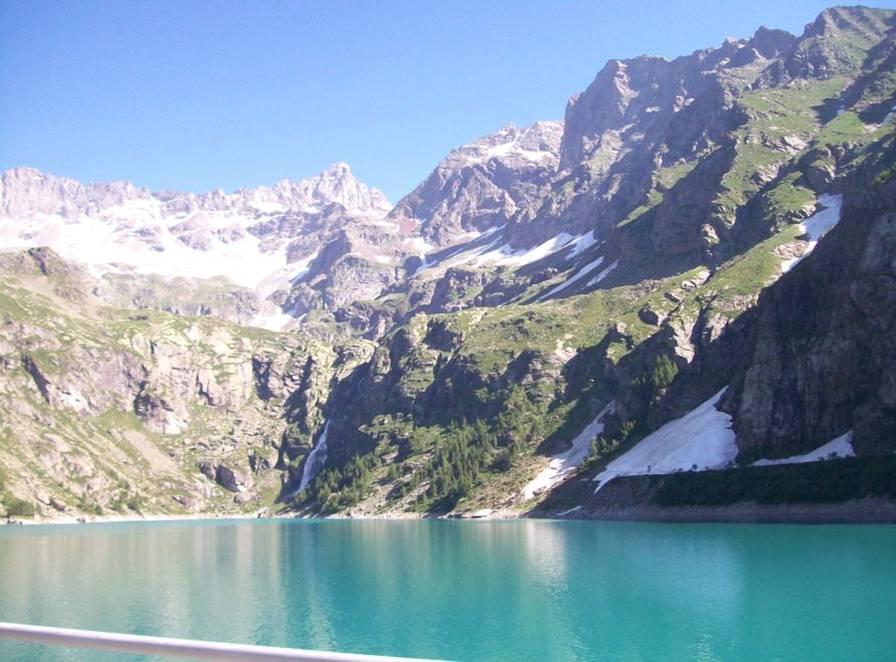 Lago di Teleccio e sullo sfondo la Torre Gran S. Pietro 3692m