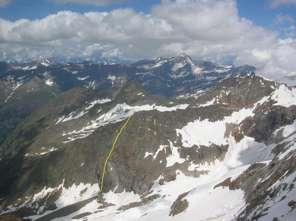 La parete ovest della Tsissetta dell'Arolla, con il tracciato della via, fotografata dalla cima della Punta delle Sengie.