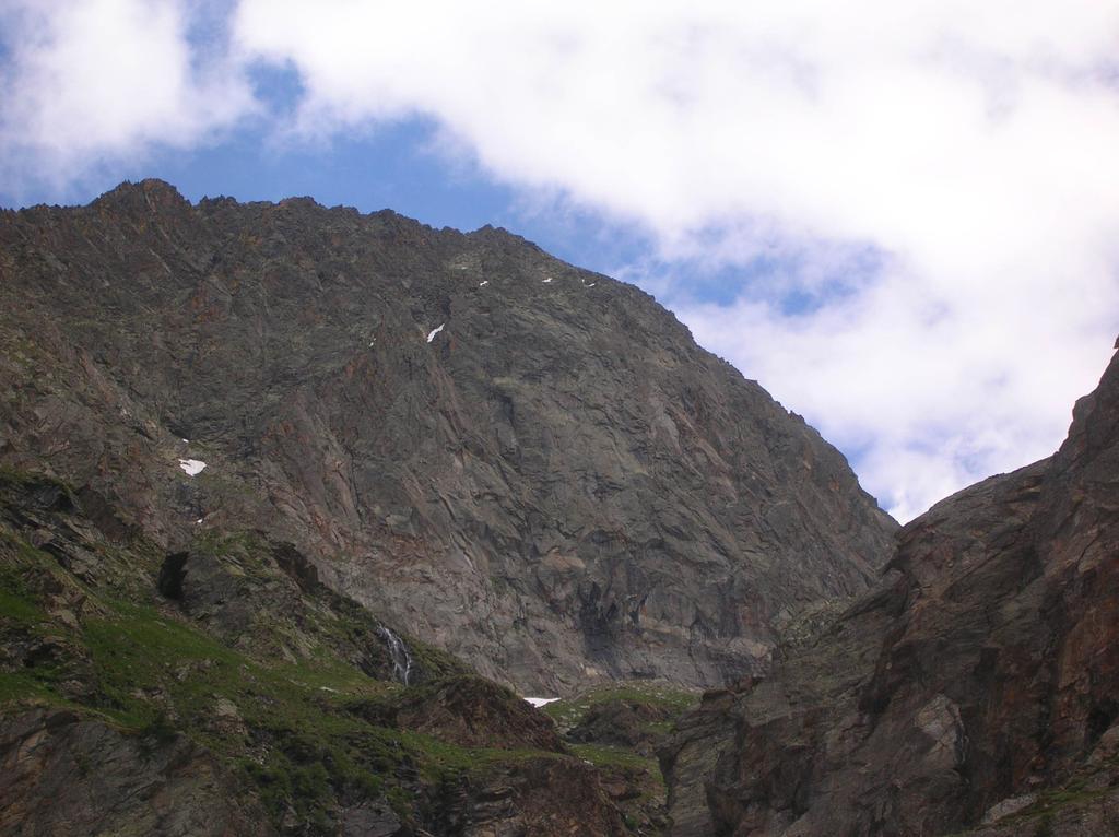 La parete ovest della Tsissetta dell'Arolla vista dal sentiero che sale al Bivacco Malvezzi-Antoldi.