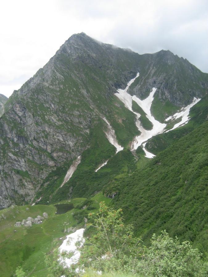 Il Tagliaferro fotografato poco sotto l'alpe Sattal con l'alpe Campo e il suo laghetto