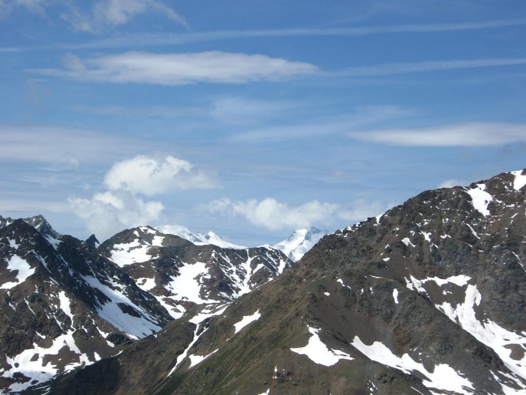 Dalla vetta, in lontananza il Bernina...
