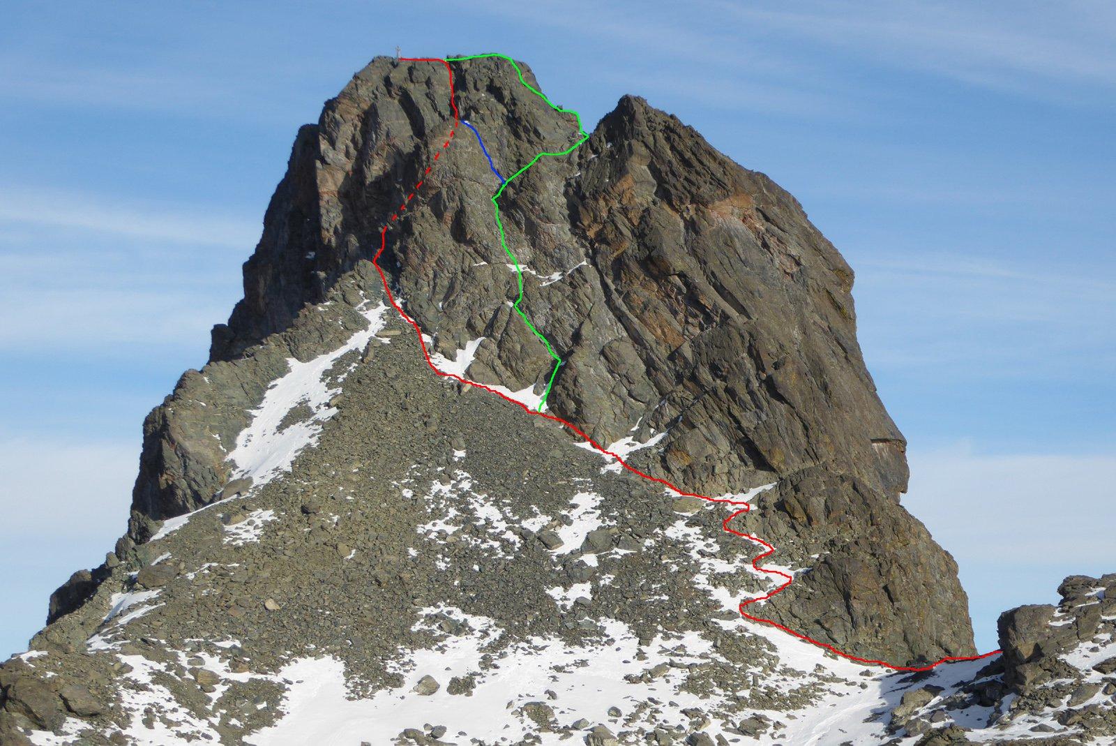 in rosso la via normale, in verde la via dei diedri, in blu una variante diretta