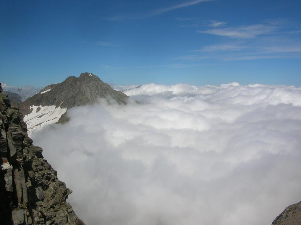 La Torre di Lavina emerge dal mare di nubi.