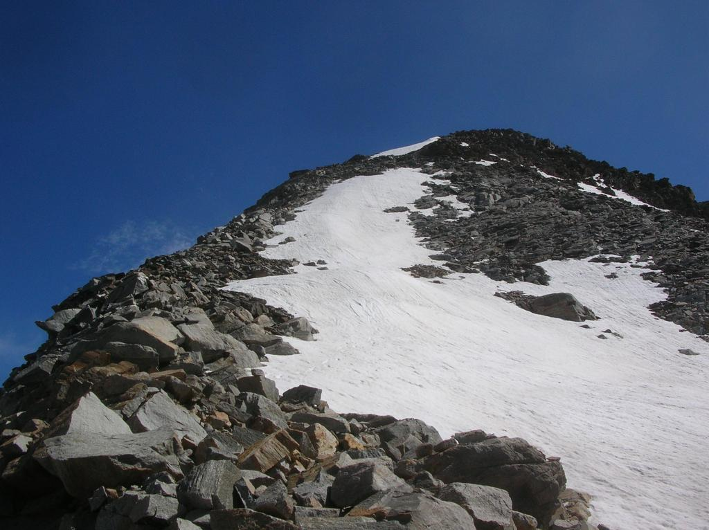 La cresta che dalla cima del Monveso scende sul colle di Forzo.