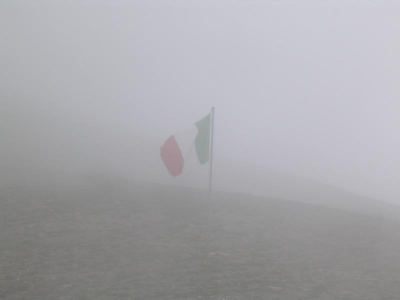 Il colle immerso nella nebbia