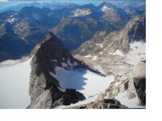 L'Aig. rouge de Triolet(presa a spunto per il testo scritto)vista dalla vetta della  piu' imponente Aig du Triolet
