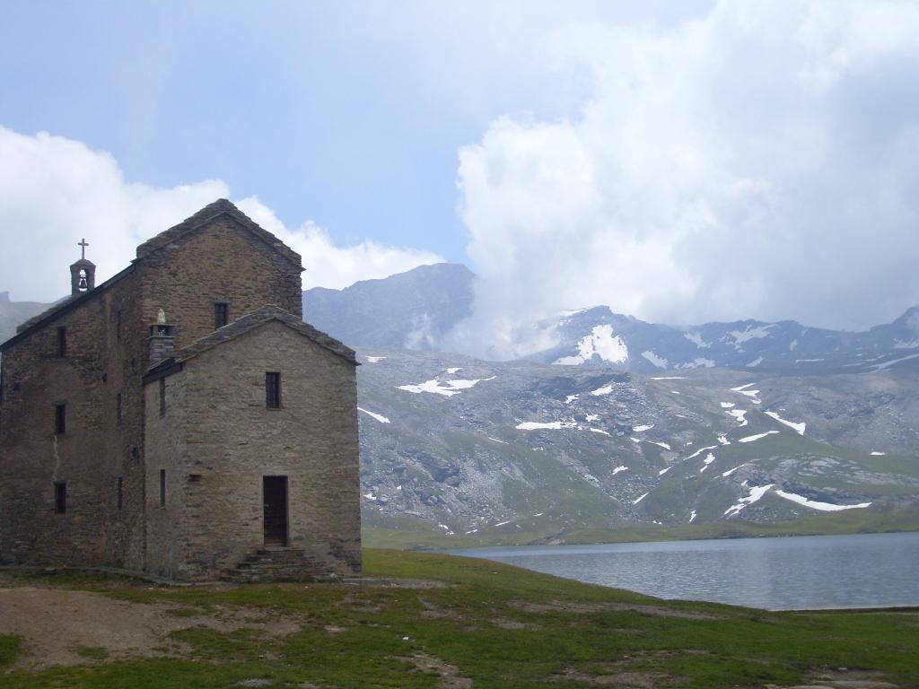Lago Miserin con vista Rosa dei Banchi