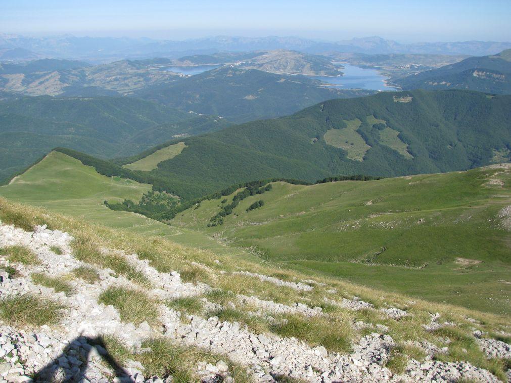 Il versante di salita con sfondo il lago di Campotosto ed i monti della Laga