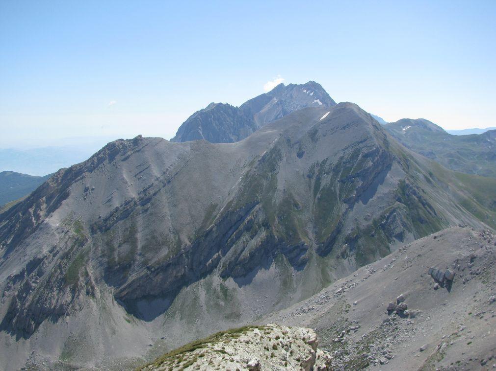 Dalla vetta del Monte Corvo, il Pizzo di Intermesoli, il Corno Piccolo e il Corno Grande