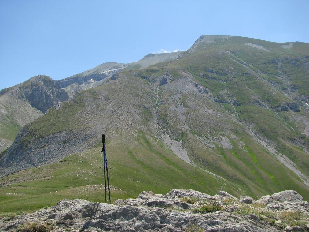 La cresta di salita con in fondo il Monte Corvo, dal Colle delle Monache