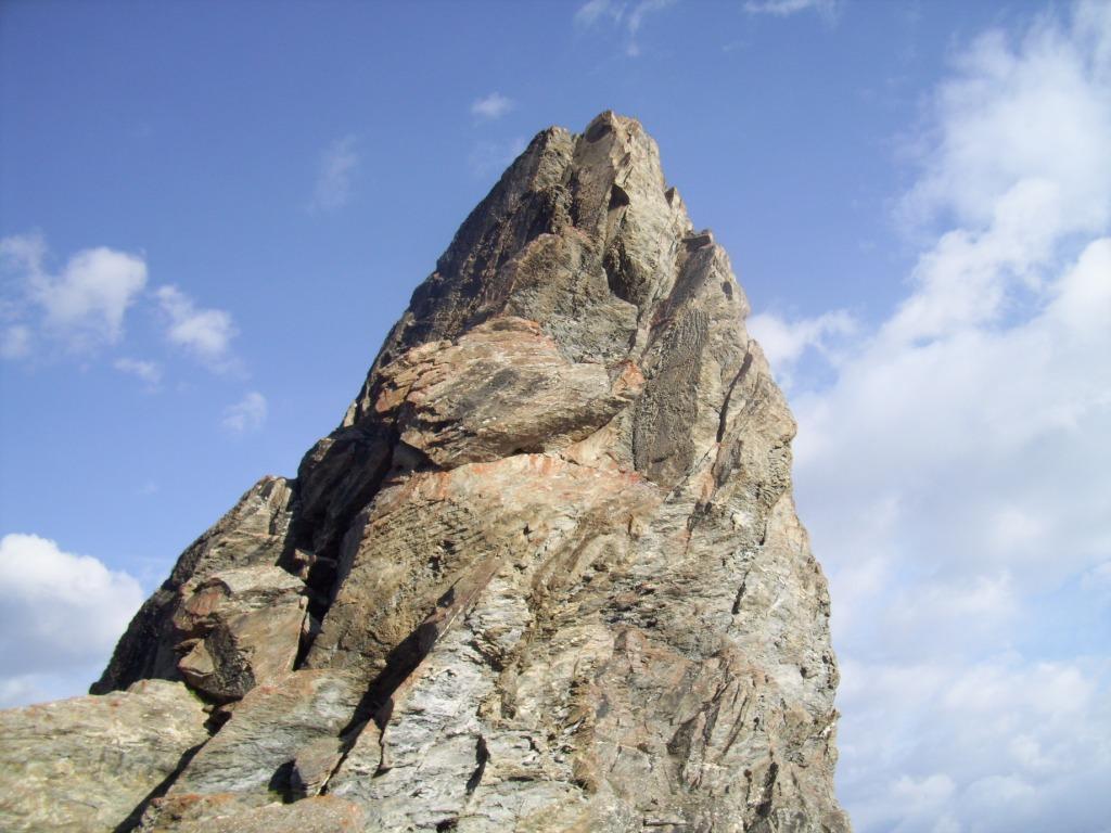 pareti della rocca dal passo