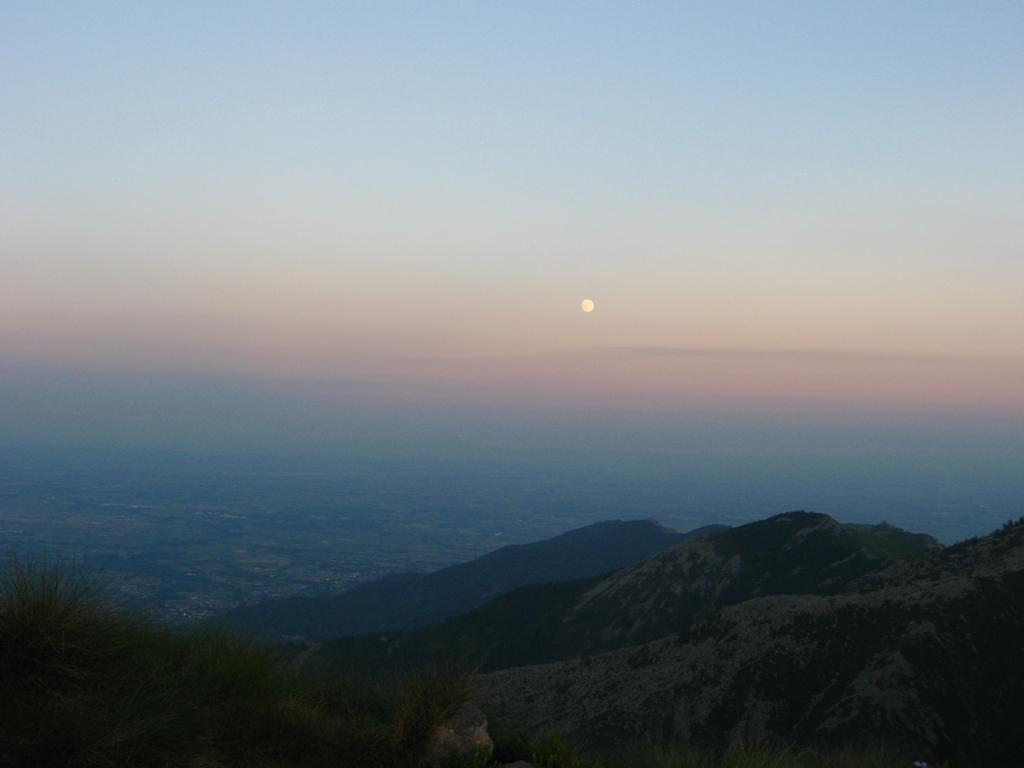 Luna sulla pianura pinerolese....
