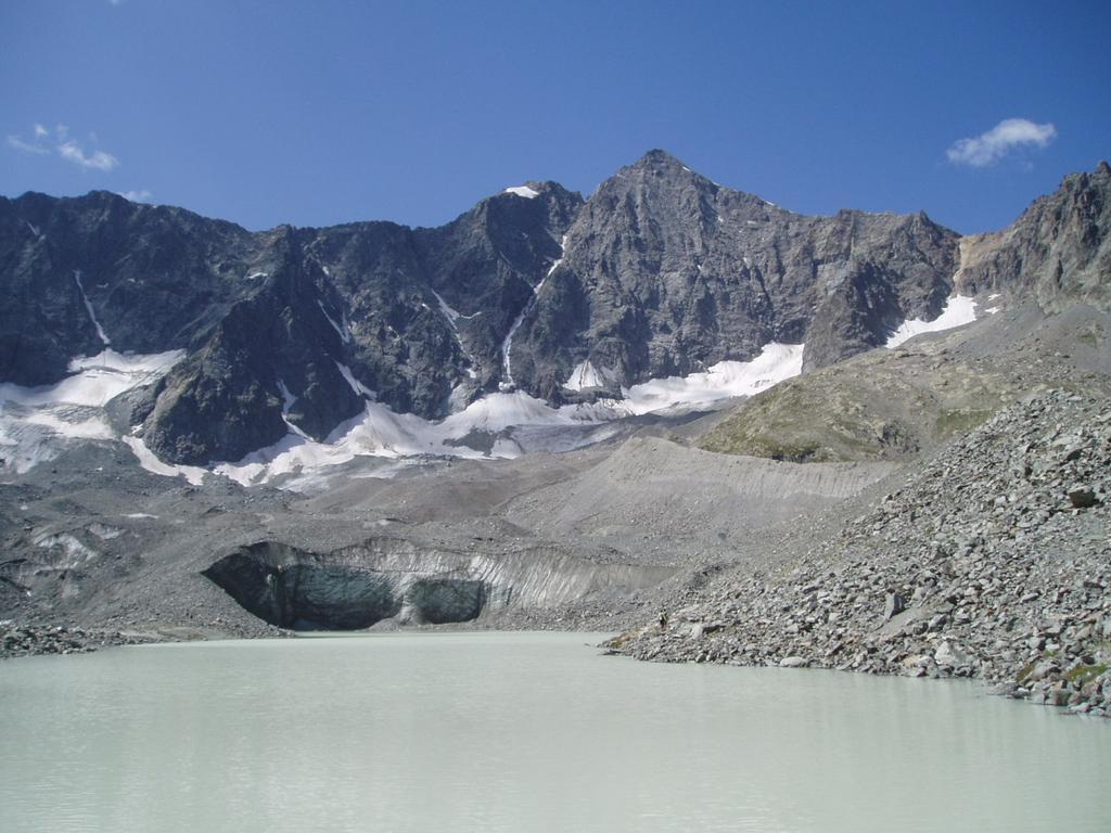 il ghiacciaio d'arsine onluisce direttamente nel lago